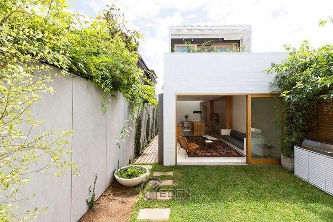 """Mẫu thiết kế nhà cấp 4 với không gian """"xanh"""" với gam màu chủ đạo là trắng cùng chất liệu gỗ, tạo cảm giác yên bình cho gia chủ"""