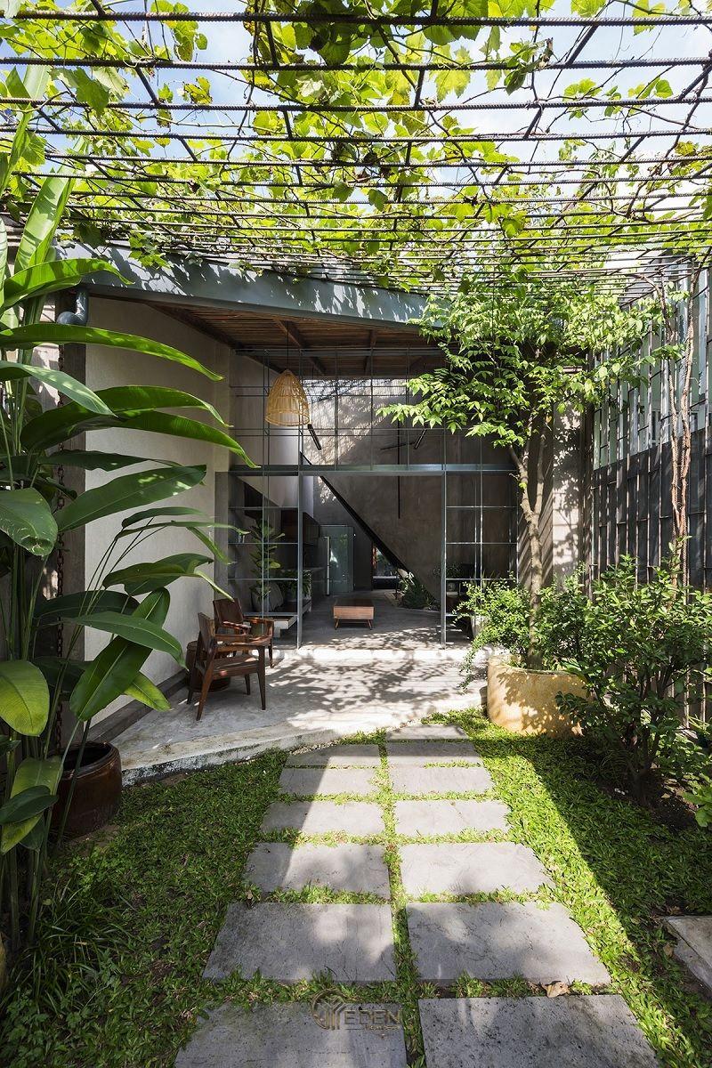 """Mẫu thiết kế nhà cấp 4 với không gian """"xanh"""", bạn nghĩ sao nếu căn nhà của bạn hòa quyện với khung cảnh xanh của cây cối? Sử dụng các giàn cây xanh sẽ giúp khung cảnh trở nên thoáng đãng hơn."""