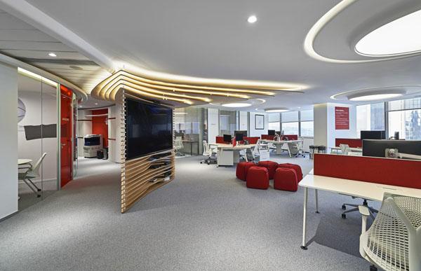 Mẫu thiết kế văn phòng đẹp hiện đại với trần thành cao kết hợp hệ thống ánh sáng độc đáo