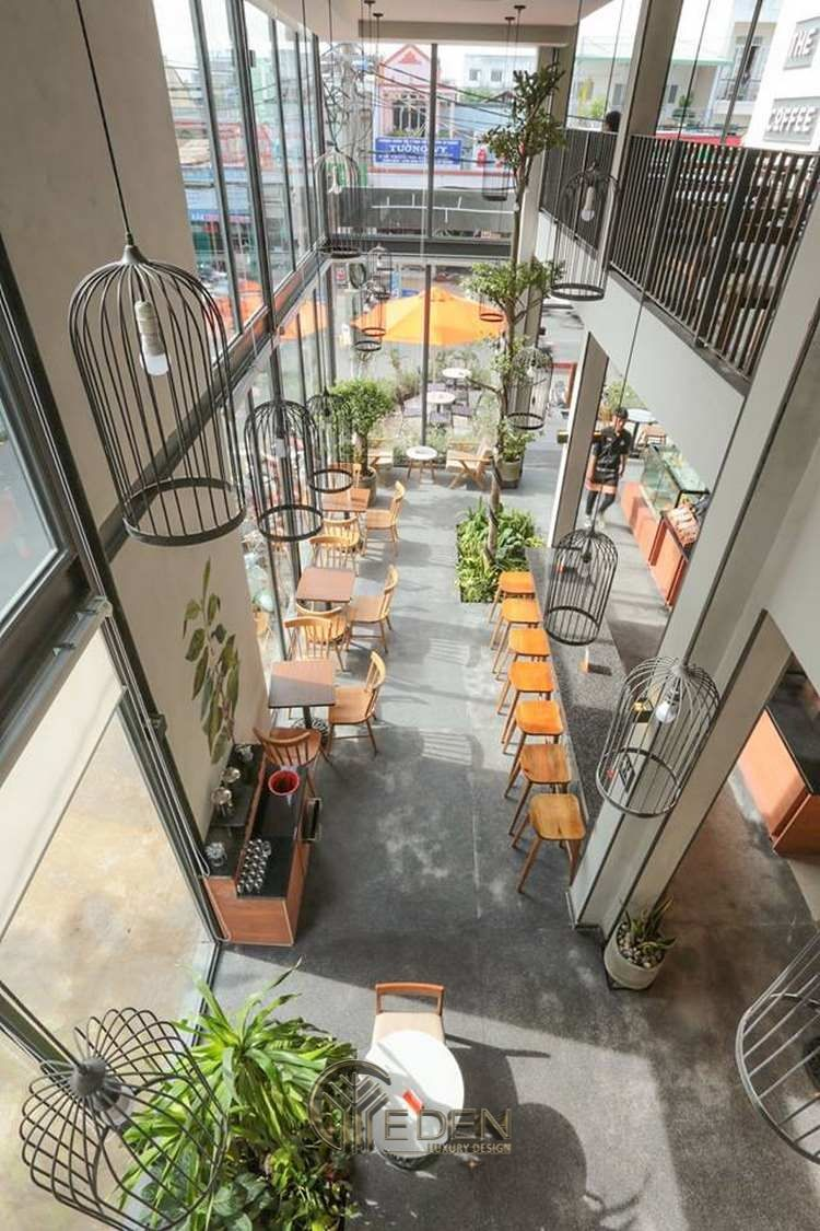 Thiết kế quán cafe bằng kính kết hợp với các lồng chim tạo cảm giác độc lạ