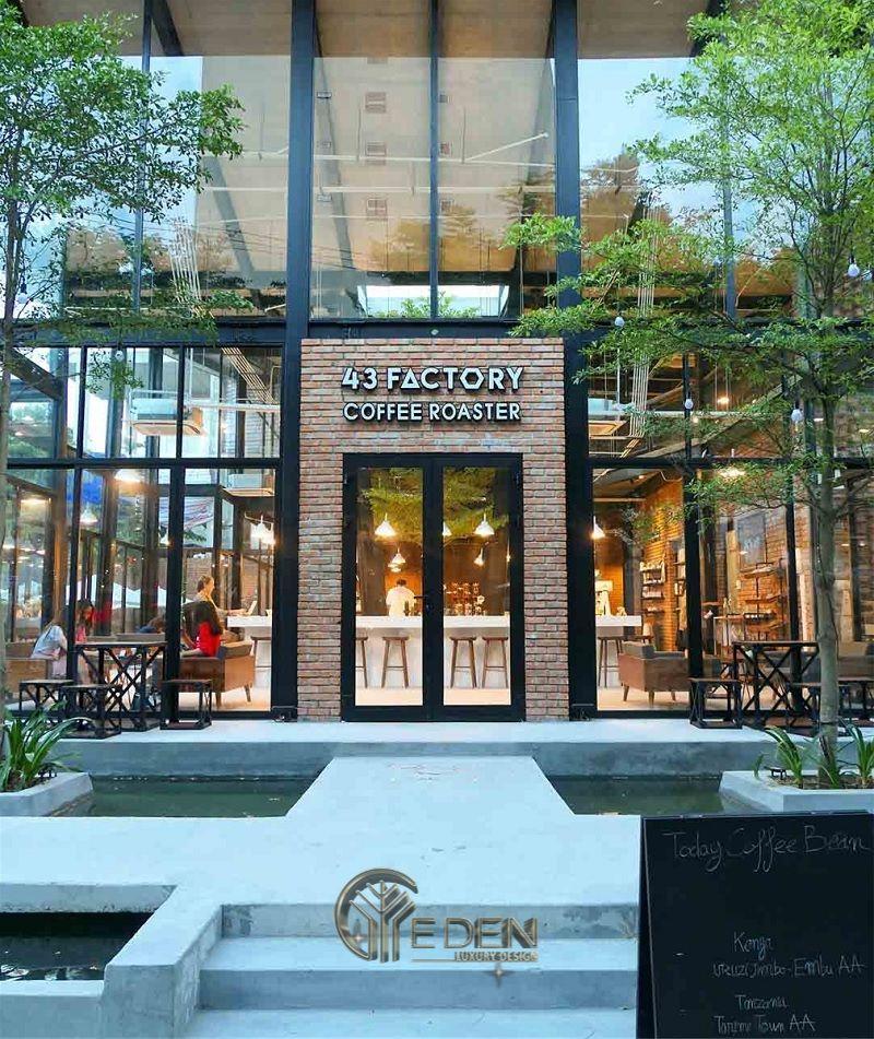 Thiết kế quán cafe bằng kính sáng tạo với lối đi kết hợp bể cá