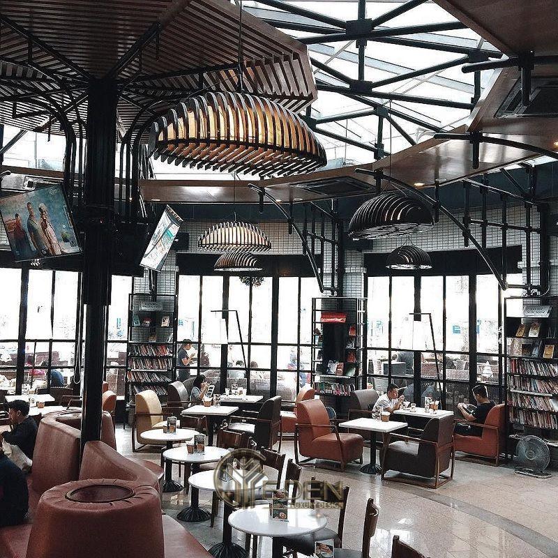 Thiết kế quán cafe bằng kính mang phong cách cổ điển với gam màu tối làng tăng sự hấp dẫn và kì ảo