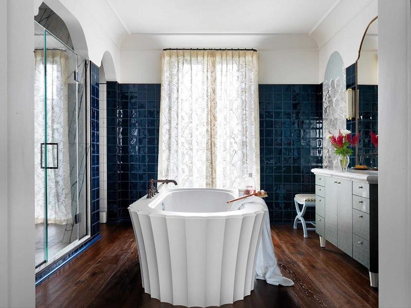 Mẫu nhà vệ sinh phong cách tân cổ điểnvới điểm nhấn là gạch men xanh đậm