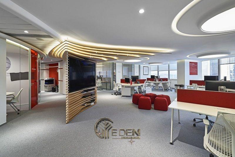 Thiết kế, thi công nội thất văn phòng Hà Nội – Phòng làm việc của nhân viên với diện tích rộng, lấy điểm nhấn là những đồ nội thất gam màu đỏ đô nổi bật trên nền xám