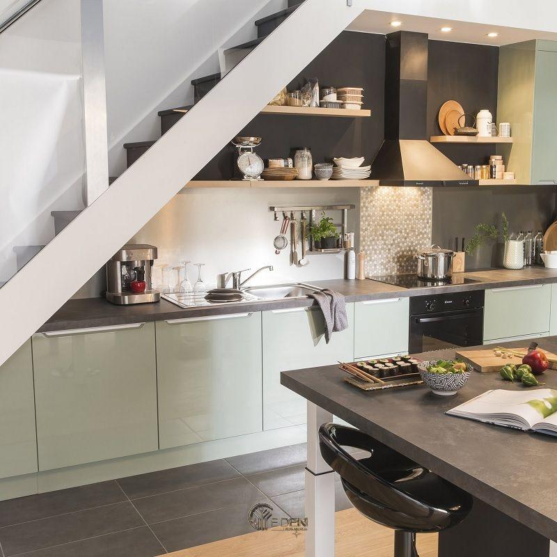 Mẫu thiết kế tủ bếp tận dụng gầm cầu thang phù hợp cho các căn hộ nhỏ hiện đại