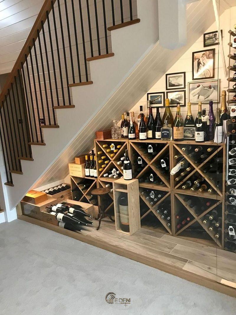 Mẫu tủ rượu mang phong cách cổ điển phương Tây. Vừa giúp bạn tân dụng được không gian trống mà còn mang đến dáng vẻ mới lạ cho căn nhà