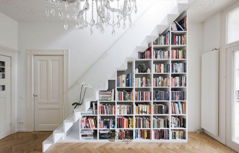 Thiết kế giá sách trang trí dưới gầm cầu thang kết hợp với gam màu trắng mang lại sự hài hòa, yên bình đến lạ