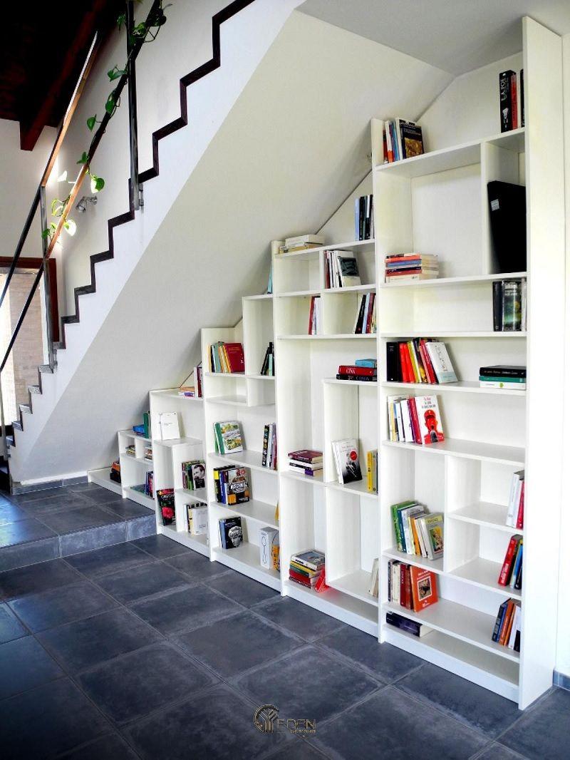 Thiết kế giá sách trang trí dưới gầm cầu thang kết hợp với gam màu trắng mang lại sự hài hòa, yên bình đến lạ cho biệt thự mini