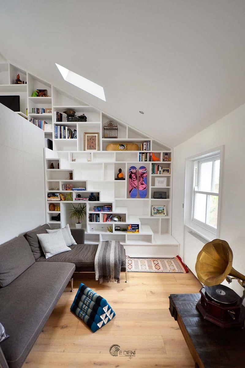 Thiết kế giá sách trang trí dưới gầm cầu thang kết hợp với gam màu trắng mang lại sự hài hòa, yên bình đến lạ cho căn hộ cấp 4 nhỏ xinh