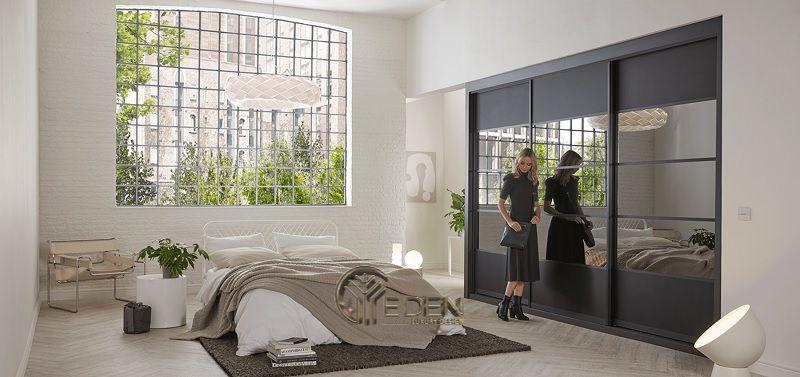Mẫu thiết kế phòng ngủ lớn mang phong cách tối giản hiện đại. Nếu như bạn muốn căn phòng của mình trở nên trong lành hơn thì đừng ngại sắm thêm một vài mẫu cây xanh nhé!
