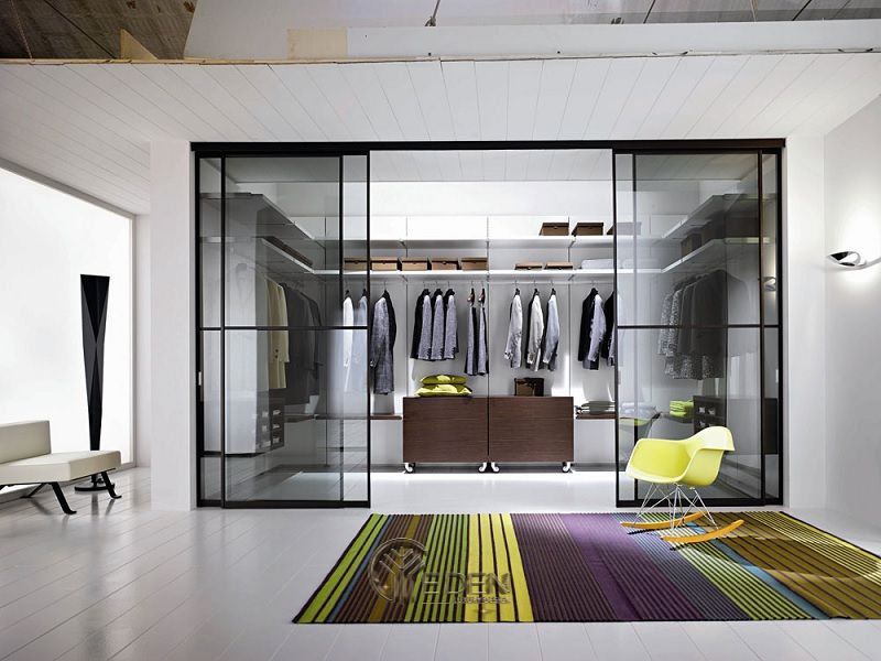 Mẫu thiết kế phòng ngủ lớn. Bạn thấy sao nếu như sở hữu một tủ quần áo âm tưởng được thiết kế với cửa lùa bằng kính? Chắc chắn sẽ khiến cho không gian của bạn trở nên hiện đại và sang trọng hơn rất nhiều