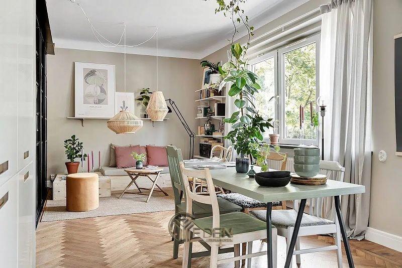 Mẫu bàn ăn đơn giản cho phong cách scandinavia khác biệt. Gia đình nên đặt 1 vài cây cảnh để tạo bầu không khí trong lành cho không gian