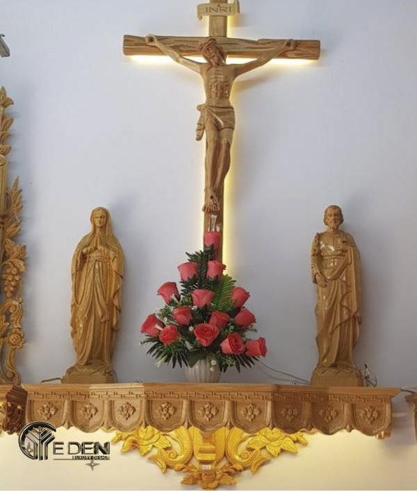Dưới bàn tay khéo léo của các nghệ nhân, bàn thờ đã được thiết kế đa dạng với nhiều hình dạng khác nhau