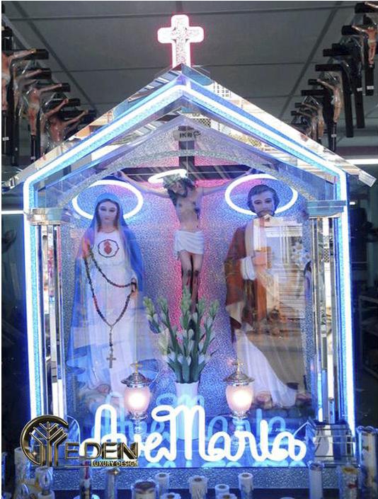 Nhờ hiệu ứng ánh sáng mà bàn thờ nổi bật với nhiều trang trí đẹp