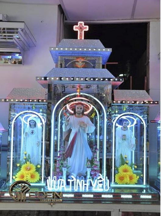 Bàn thờ cũng có thể được bố trí thành ba ô đặt ba tượng