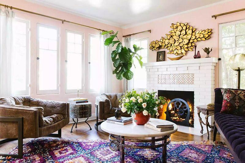 Mẫu thiết kế phòng khách phong cách Boho với màu hồng và nâu