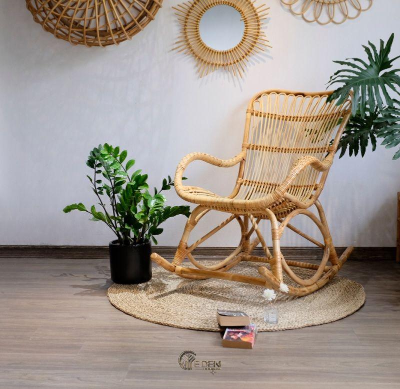 Mẫu ghế bập bênh bằng chất liệu mây tre mang lại sự êm ái, nhẹ nhàng cho người sử dụng