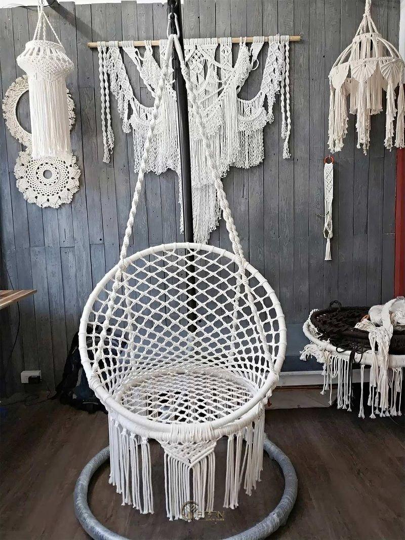 Mẫu ghế dáng treo giúp bạn thoát ly khỏi hiện thực, chìm đắm trong những câu chữ
