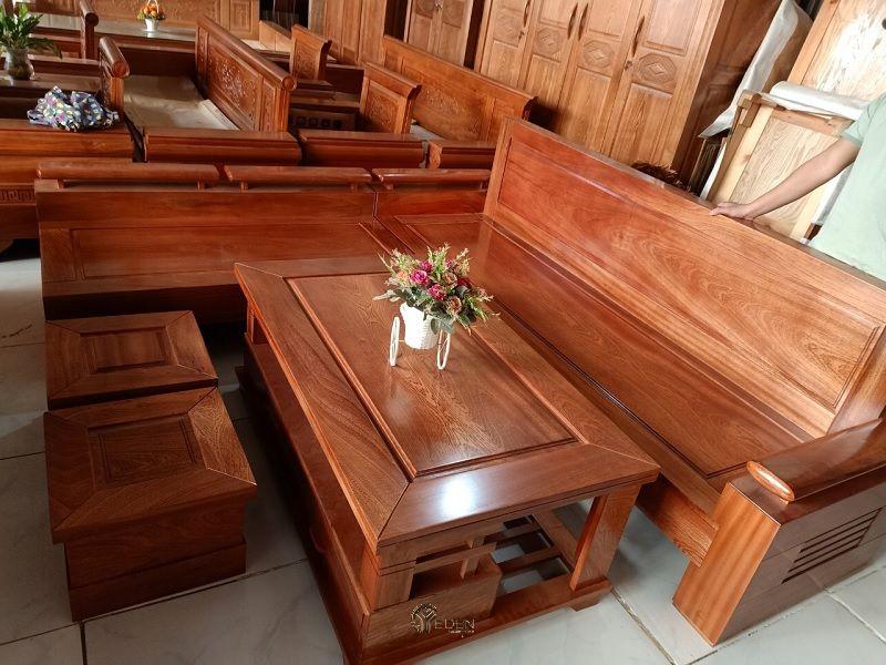 Bàn ghế bằng gỗ xoan đào khi được phủ lớp sơn PU sẽ giúp cho nội thất sáng bóng, tạo nên vẻ đẹp khác biệt cho không gian.