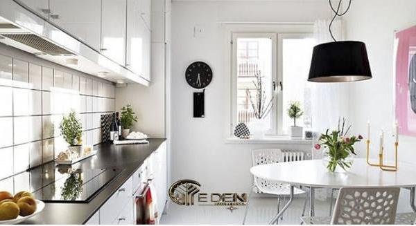 Khu vực nấu ăn và bàn ăn đơn giản, gói gọn trong không gian nhỏ
