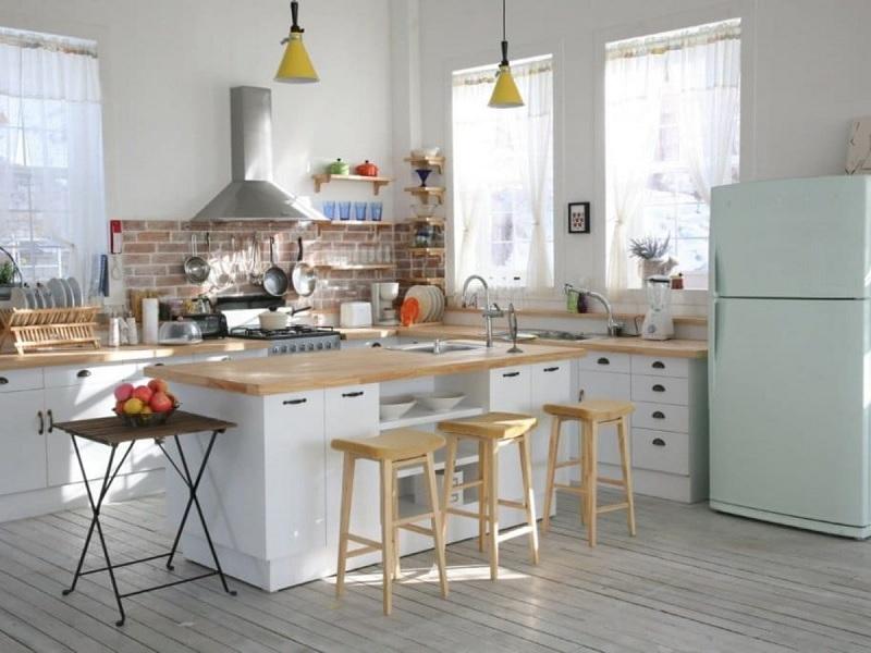 Phòng bếp hiện đại kết hợp bàn để đồ tăng diện tích nấu nướng
