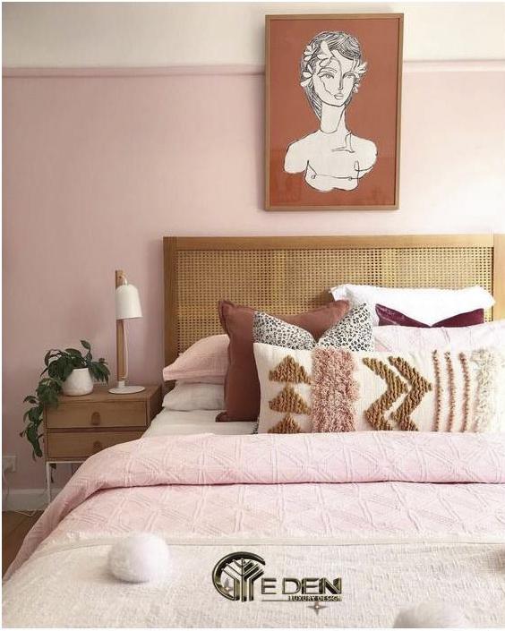 Điểm nhấn vân gỗ khiến cho căn phòng ngủ màu hồng không bị nhàm chán, đơn điệu