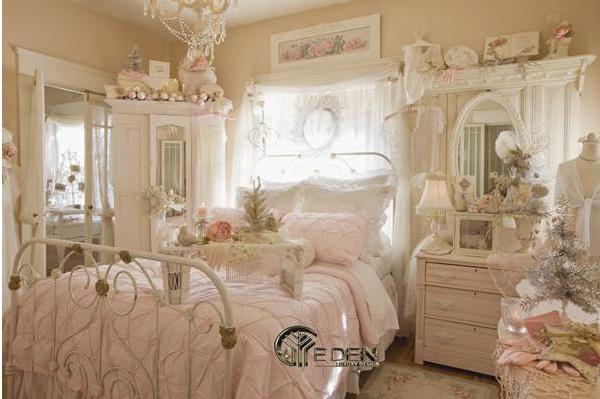 Phòng ngủ được trang trí theo phong cách cổ điển, nhẹ nhàng nhưng vẫn toát lên sự sang trọng, ấn tượng