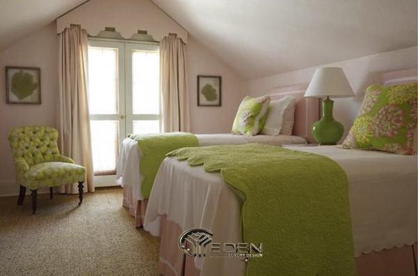 Căn phòng màu ngủ màu hồng được trang trí thêm các chi tiết xanh lá mang đến nét đẹp cổ điển, hơi hướng vintage độc đáo