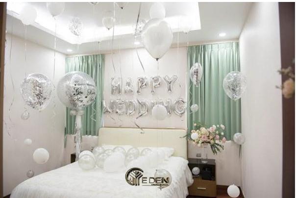 Trang trí phòng tân hôn với bóng bay màu trắng trang nhã