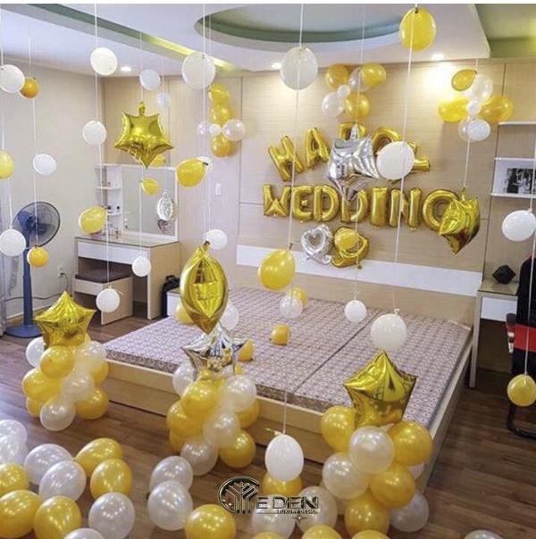 Trang trí phòng tân hôn với bóng bay màu trắng, vàng trang nhã