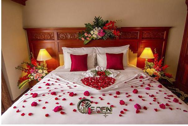 Trang trí phòng tân hôn với hoa hồng cho tình yêu rực cháy