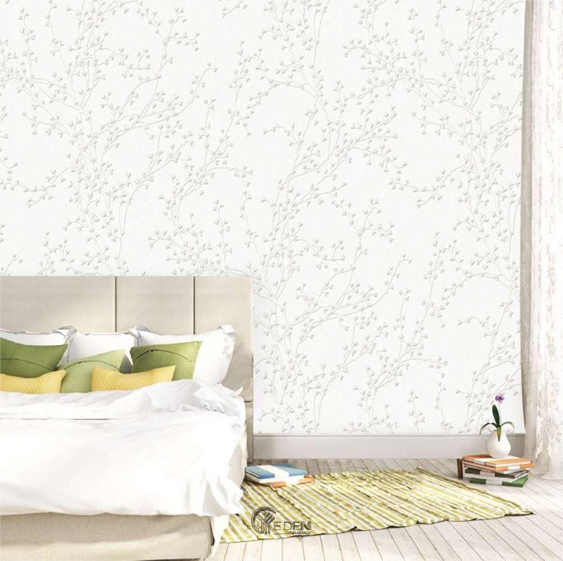 Mẫu phòng ngủ sang trọng với mẫu giấy dán tường màu trắng sữa nhẹ nhàng với họa tiết ẩn đơn giản