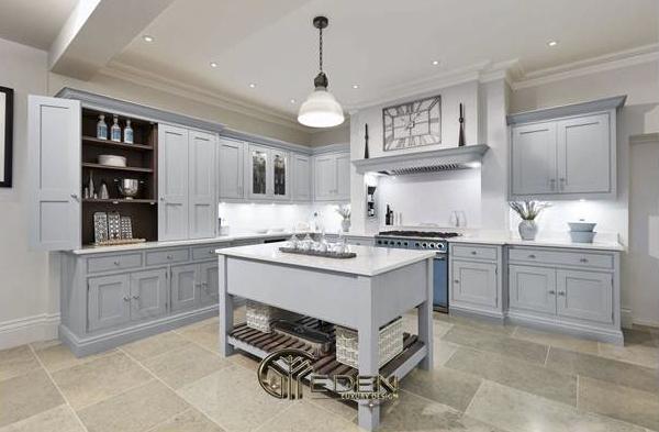 Tủ bếp hình chữ L với màu sơn trắng tinh tế