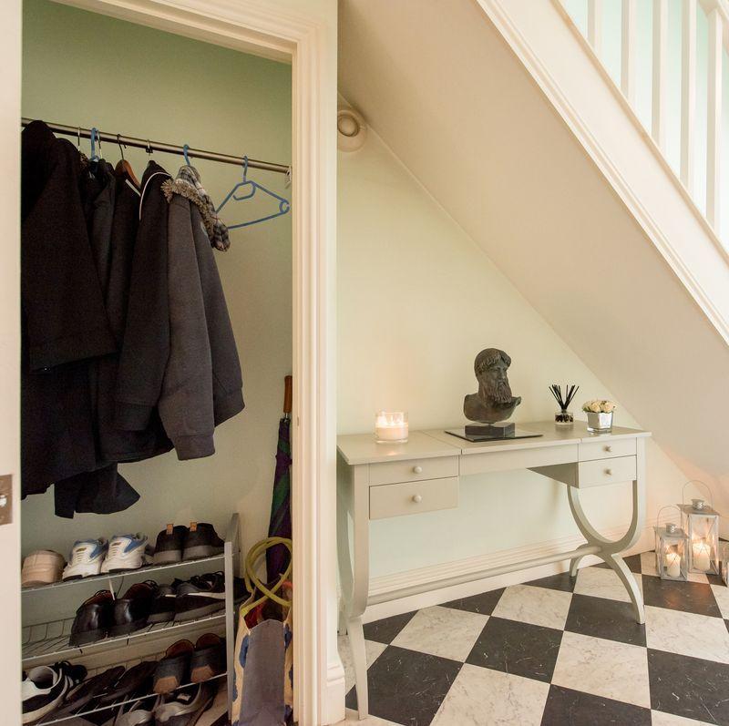 Phòng thay đồ tận dụng gầm cầu thang