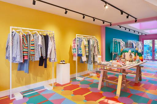 Thiết kế shop quần áo trẻ em màu sắc rực rỡ