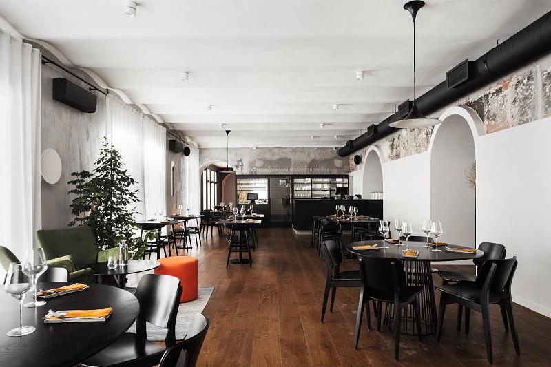 Thiết kế nội thất nhà hàng theo phong cách Scandinavian đen trắng khác biệt 2