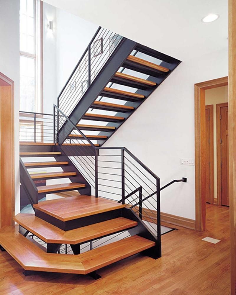 Mẫu cầu thang chữ U còn được biết đến với tên gọi là mẫu cầu thang quay 180 độ. Bởi lẽ đoạn nghỉ chân giữa các cầu thang lên thường khá rộng.