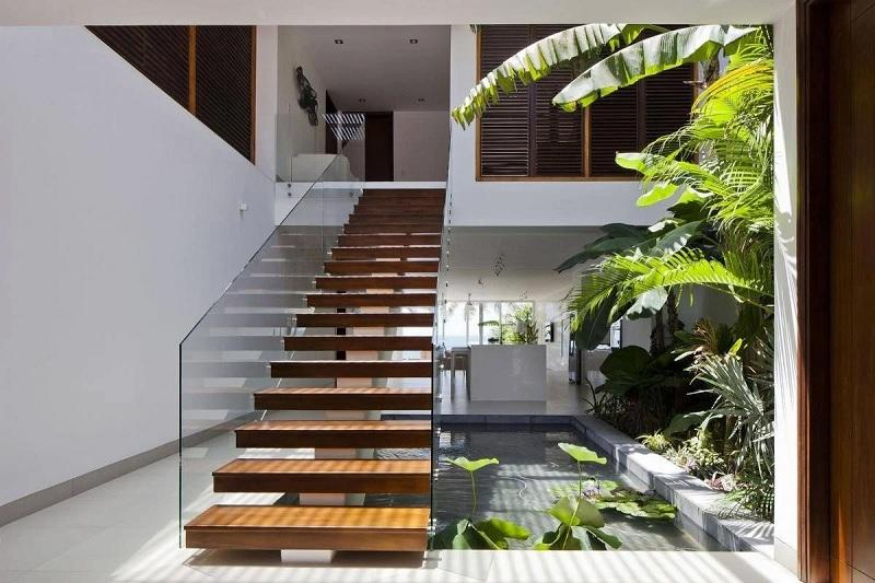 Mẫu thiết kế cầu thang gỗ đẹp với kính cường lực