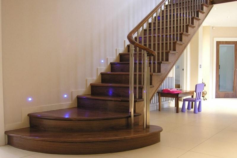 Đặc biệt là trong các căn biệt thự theo phong cách cổ điển hay tân cổ điền. Các mẫu cầu thang này thường chiếm vị trí số 1 trong lòng gia chủ sở hữu những căn biệt thự đó.