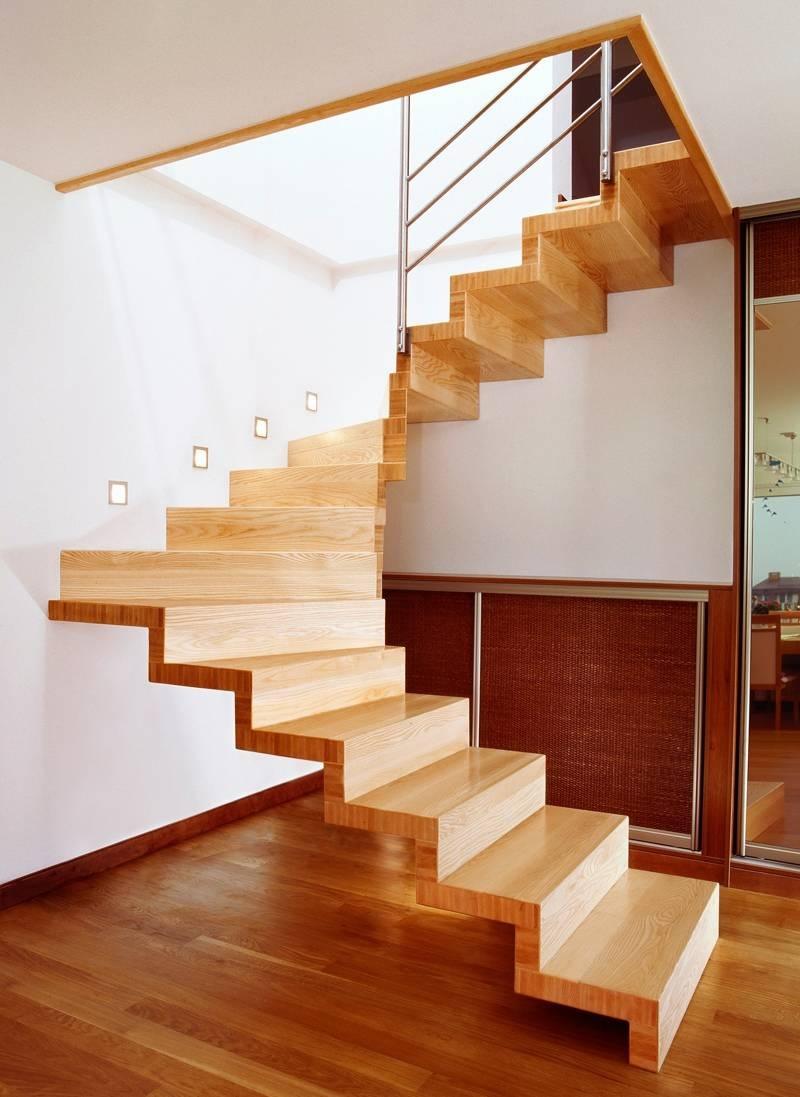 Thông thường trong các căn nhà phố thì chúng ta sẽ thường bắt gặp những mẫu thiết kế cầu thang gỗ dáng chữ L