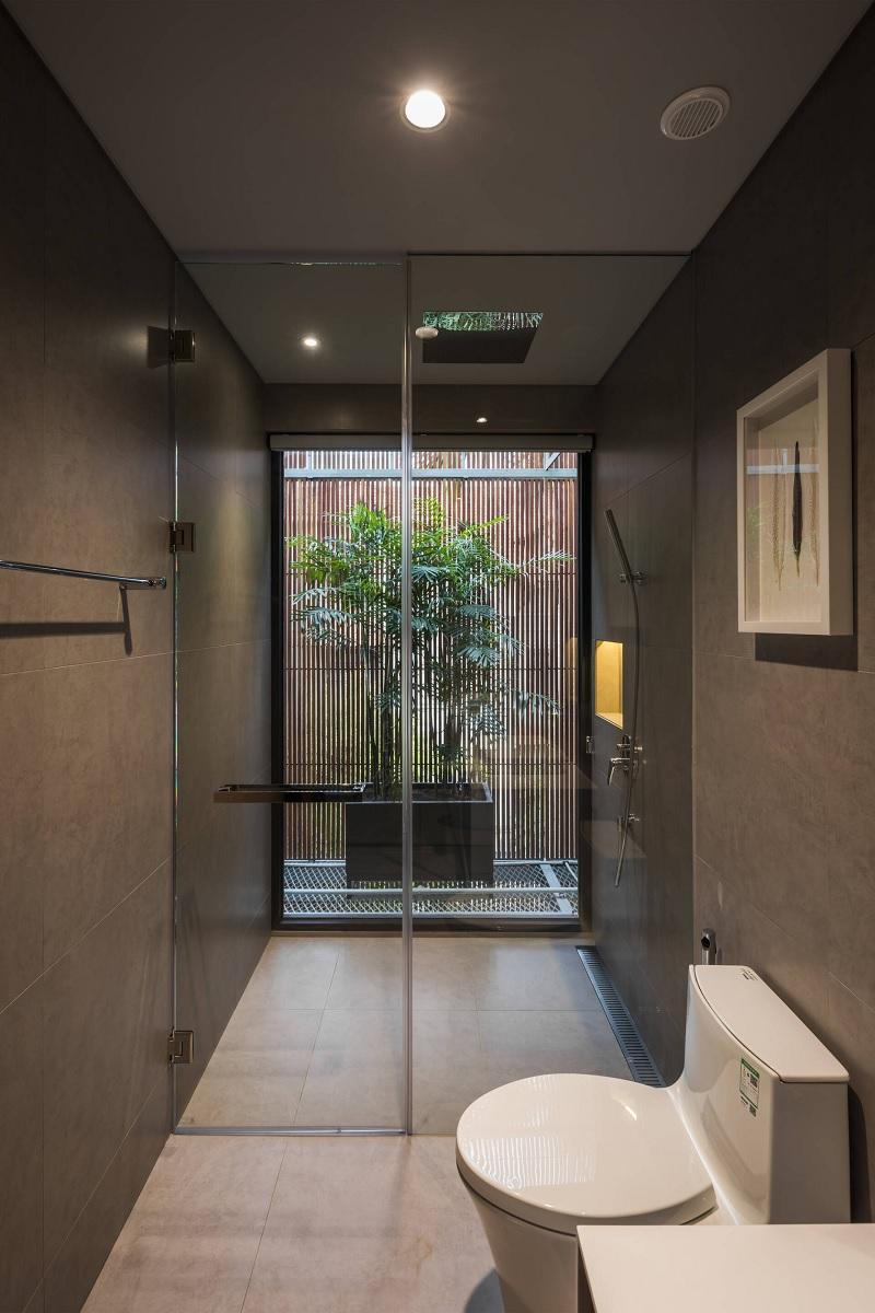 Lối phong cách này hạn chế tối đa các vách tường bê tông chật hẹp. Đồng thời thay vào đó là các vách kính hoặc không có vách ngăn để hoàn toàn mở