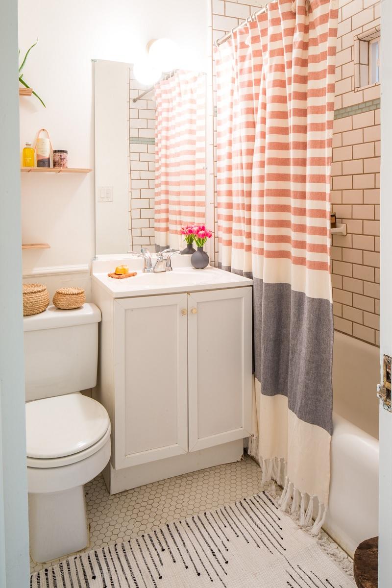 Mẫu thiết kế nhà vệ sinh có bồn tắm với phong cách tươi sáng, tràn ngập màu sắc
