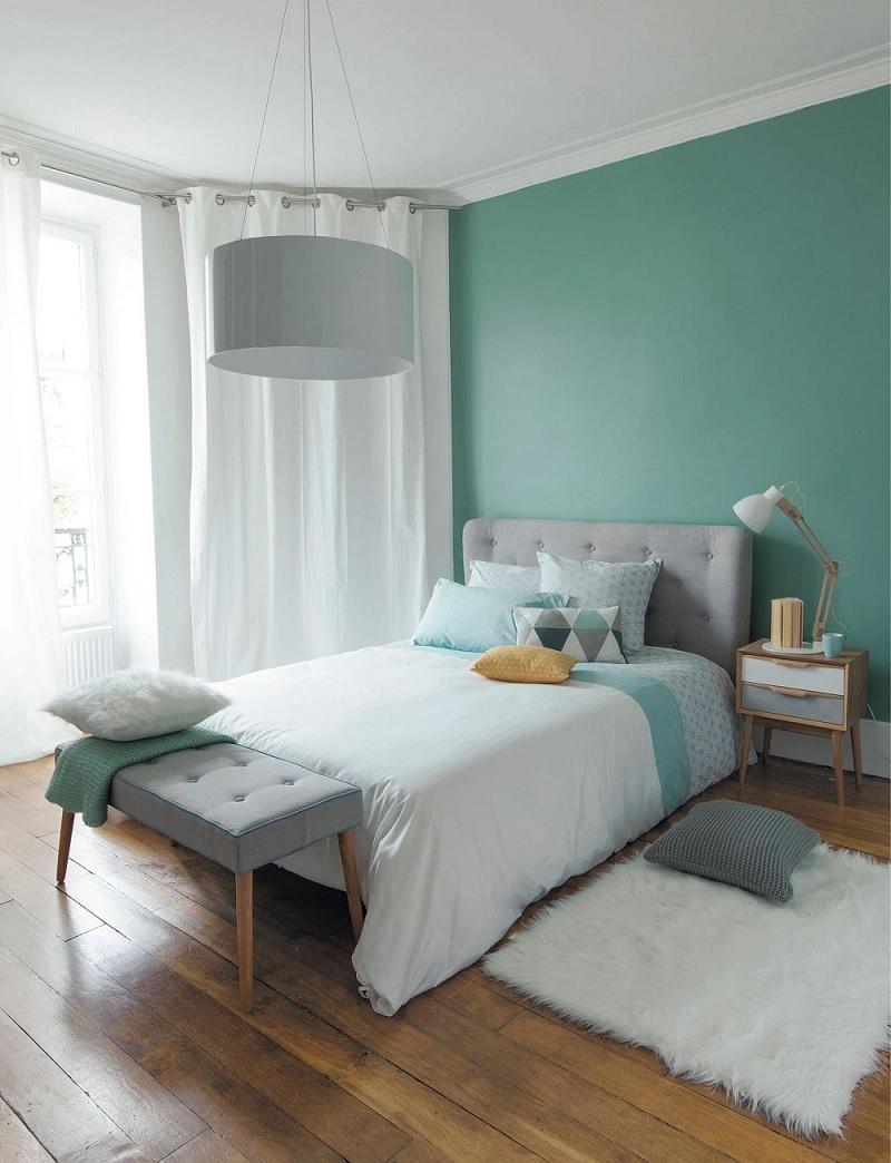 Thiết kế 1 bức tường với gam màu tươi sáng như màu cam san hô, màu vàng, màu xanh… Đồng thời kết hợp với 3 bức tường trắng sẽ giúp không gian có chiều sâu hơn, ấn tượng hơn.