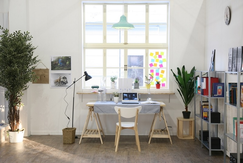 Nguồn sáng là một trong những yếu tố không thể thiếu khi bố trí bàn làm việc tại nhà.