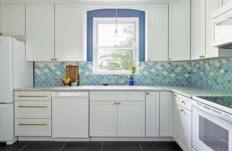 Trang trí phòng bếp với những vẩy cả xinh đẹp. Điều này tạo nên điểm nhấn căn bếp trở nên sống động hơn