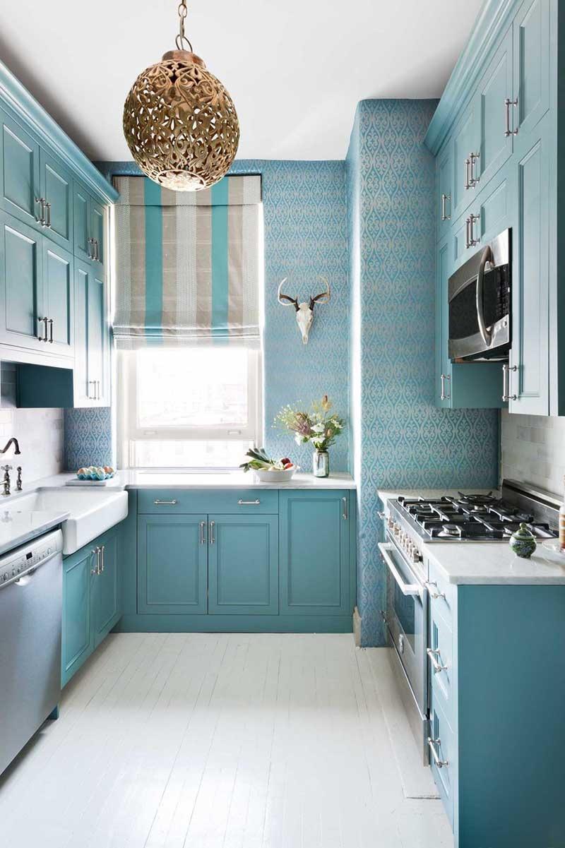 Mẫu thiết kế trang trí nhà bếp nhỏ đẹp với gam màu xanh nước biển dành cho gia đình ưa thích sự cổ điển