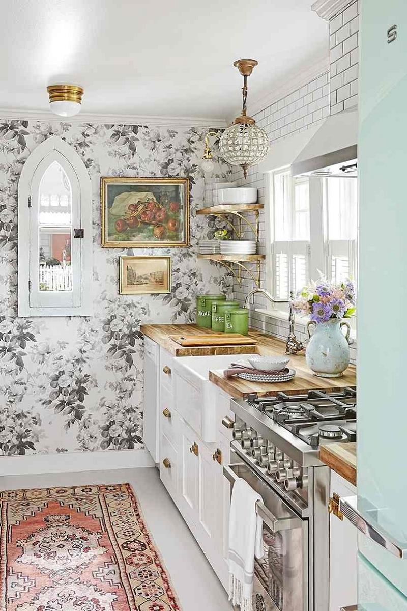Thiết kế phòng bếp với phong cách cổ điển Châu Âu với chi tiết hoa sống động