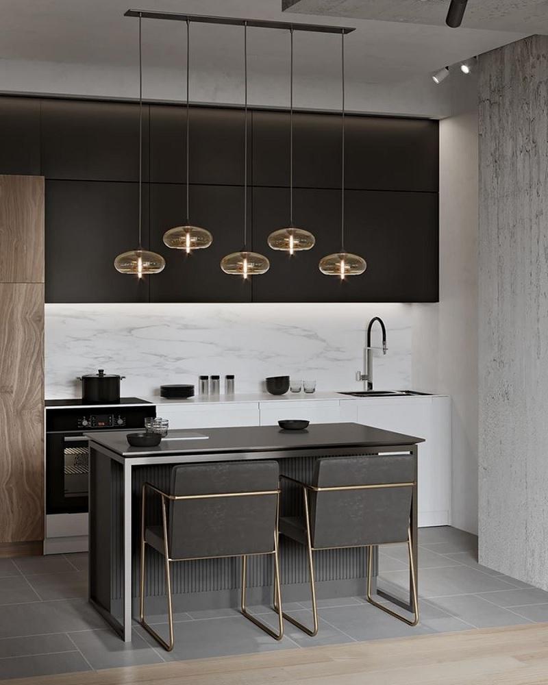 Không gian nhà bếp với màu đen quyền lực. kết hợp với đèn trang trí tạo nên sự cân bằng, khác biệt. Tuy trầm lặng nhưng không làm giảm đi sự hiện đại, sang trọng của không gian