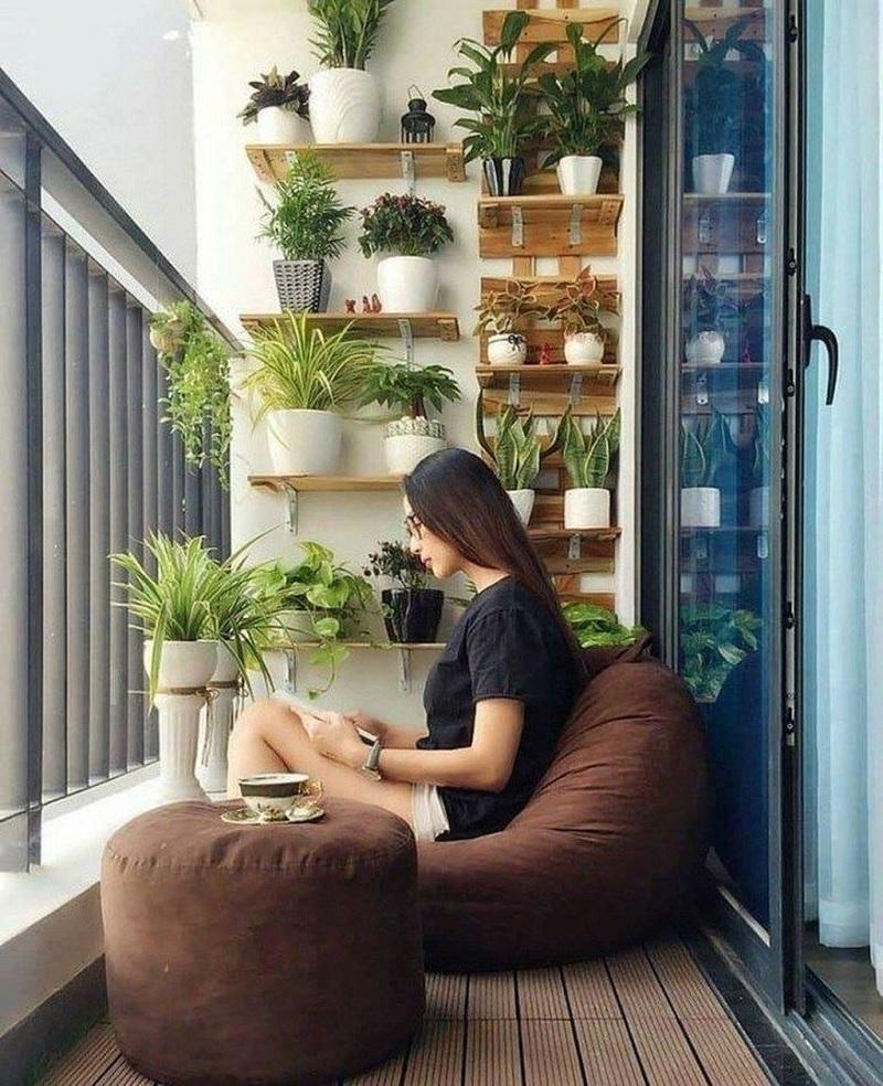 Tận hưởng không gian ban công xanh với ghế lười.