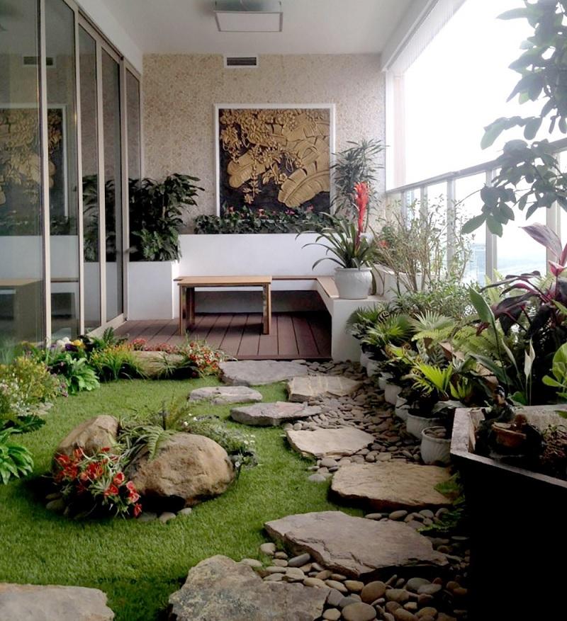 Mẫu tiểu cảnh ban công chung cư với thảm cỏ xanh mướt cùng lối đi bằng đá trải dài mơ mộng.